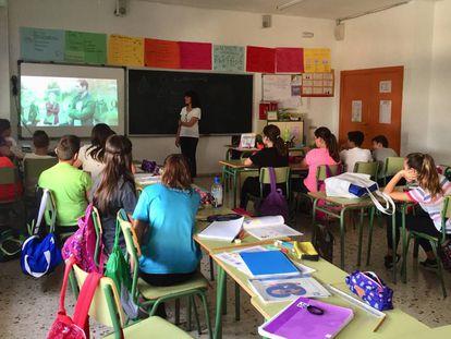 Un grupo de alumnos asiste a una charla del colectivo No te prives, en una escuela de Murcia.