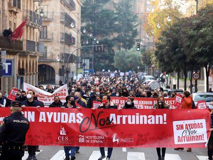 Protesta multitudinaria de hosteleros para reclamar ayudas al Gobierno, este jueves en Salamanca.