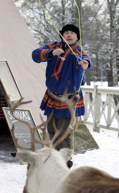 Ulf Bergdahl, un indígena sami sueco hace una demostración con el lazo en el día nacional sami, en Estocolmo el pasado febrero.