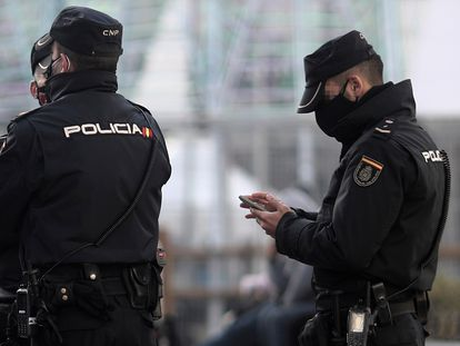Tres agentes de policía en Madrid.