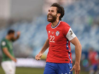 Ben Brereton celebra su primer gol con Chile en el partido contra Bolivia, el pasado 18 de junio.