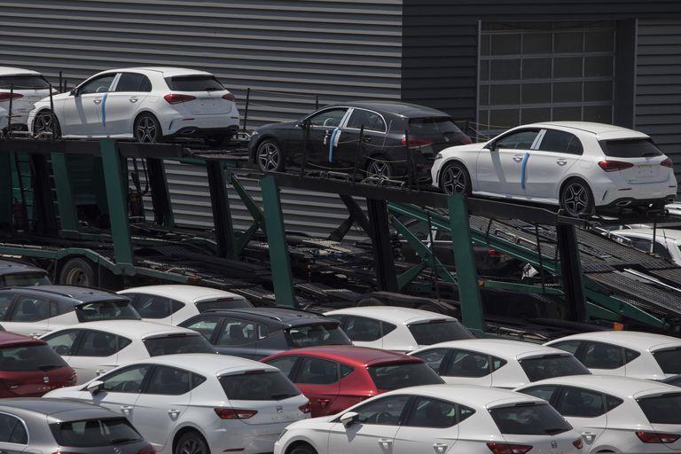 Aparcamiento de coches nuevos listos para la distribucion del grupo Tradisa en Sant Boi del Llobregat (Barcelona).