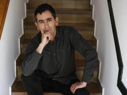 El dramaturgo Juan Mayorga posa en su casa de Madrid.