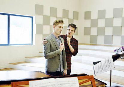 En una clase de canto junto a un alumno, el barítono Louis de Lavignère.