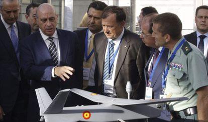 El ministro de Inerior junto con la maqueta de un avión ligero este martes.