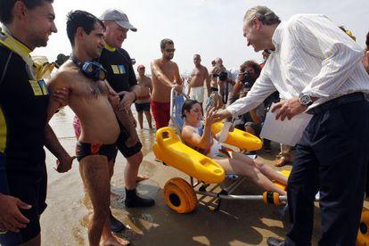 Alberto Frabra, en la inauguración en la playa de la Malvarrosa de un acceso para disminuidos físicos y mentales.