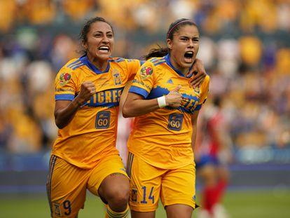 Stephany Mayor y Liz Ovalle celebran uno de sus goles contra las Chivas, este lunes en Monterrey.