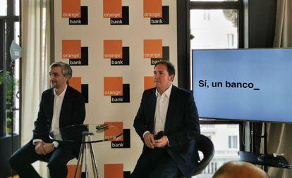 Narciso Perales (I), director general de Orange Bank, y Laurent Paillasot, consejero delegado de Orange España.
