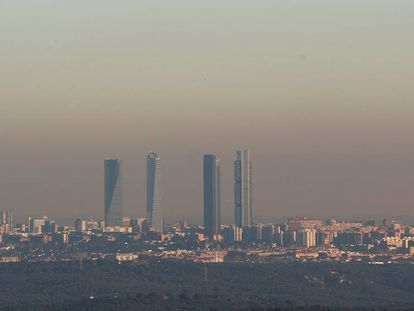 Nube de polución sobre Madrid, en una imagen tomada en 2016 desde Torrelodones.