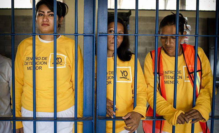 Tres detenidas en el penal de Izalco (El Salvador), en una imagen de mayo de 2019.