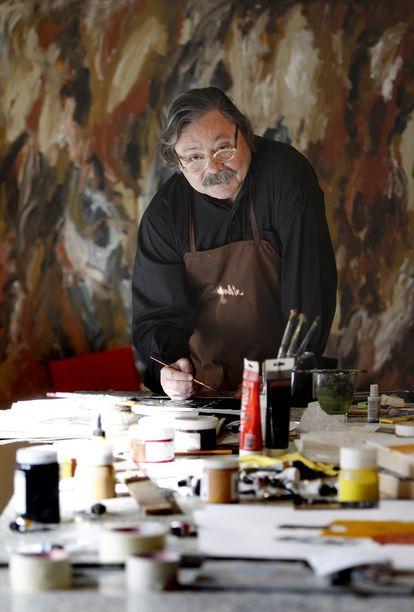 Alberto Corazón, en su estudio de Madrid en 2009.