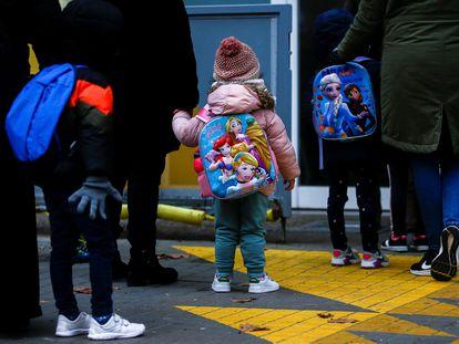 Varios niños esperan para entrar en la Escuela Rubén Dario de Barcelona.