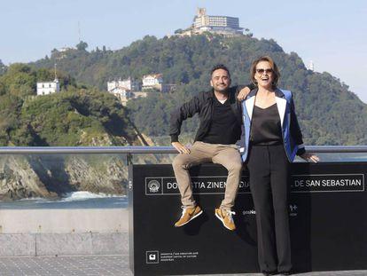 Sigourney Weaver, junto con J. A. Bayona, en San Sebastián.