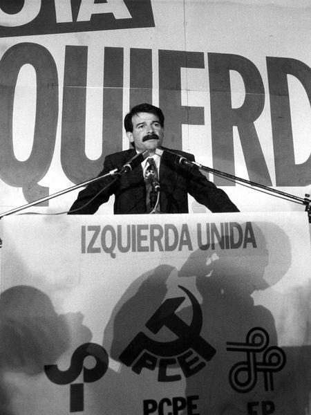 Gerardo Iglesias, secretario general del PCE, en un mitin en 1986.