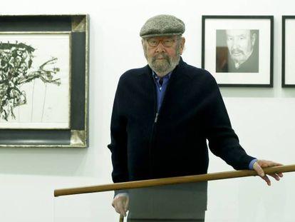 José Manuel Caballero Bonald, en la exposición ante un 'saura' y dos fotografías de Colita.