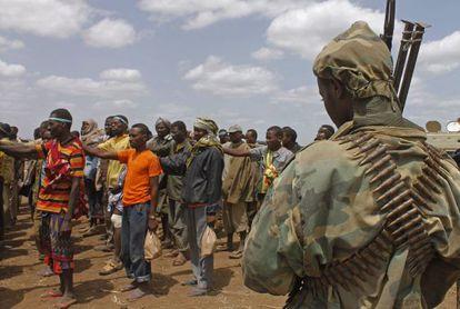Miembros de la milicia Al Shabab forman tras dejar las armas y rendirse a la misión militar africana en Garsale.