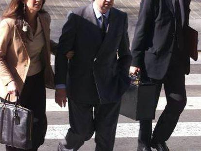 De la Rosa (c), Gabriela (i) y su abogado en el 2000.