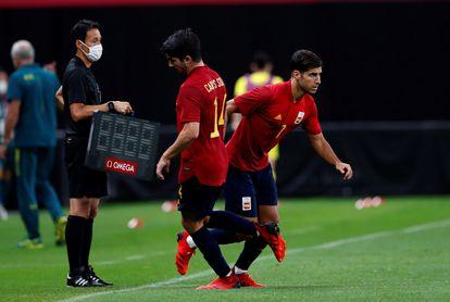 Asensio releva a Carlos Soler durante el partido contra Australia en Sapporo.