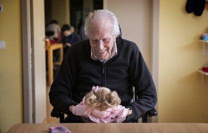 Vicente Pérez sonríe a una de las muñecas. Lleva casi dos años viviendo en esta residencia. La terapeuta ocupacional, Ana Sanz, explica que sus hijos se emocionan al verlo cantar nanas a quien él cree que es un bebé.