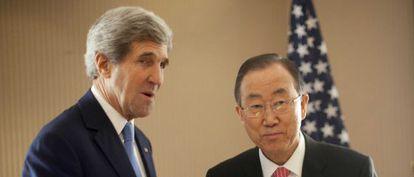 El secretario de Estado de EE UU, John Kerry saluda al secretario general de la ONU, Ban Ki Moon antes del inicio de la conferencia de donantes de Kuwait.
