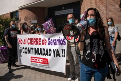 Concentración de protesta por el cierre del albergue de mujeres sin techo 'Geranios' frente a la sede del Área de Gobierno de Familias, Igualdad y Bienestar Social del Ayuntamiento de Madrid.