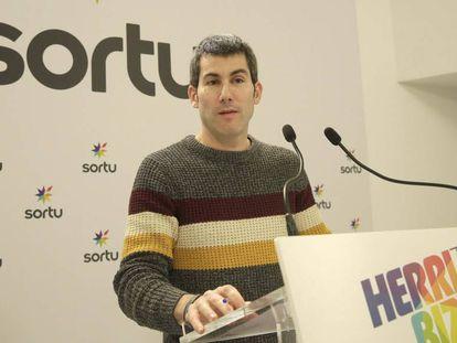 Arkaitz Rodríguez, secretario general de Sortu, en su comparecencia hoy en San Sebastián.