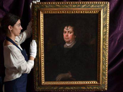 Una empleada de Sotheby's muestra el retrato de Olimpia Pamphili de Velázquez.