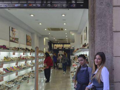 En la imagen Lorena Dos Santos y Laia Muñoz, dependientas de la zapatería Marypaz en el carrer Gran de Gràcia, tienen miedo de ir a trabajar el próximo viernes. En vídeo, las protestas en Barcelona.