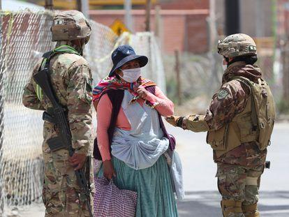 Militares bolivianos, durante una patrulla este jueves en El Alto.