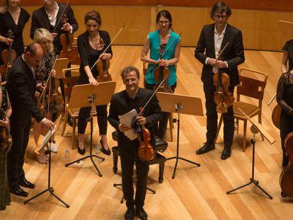 El violinista y director Jean-Christophe Spinosi y la Ensemble Matheus al inicio de su concierto, ayer en Zaragoza.