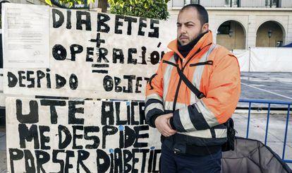 El barrendero municipal despedido, Adrián Román, ante el Ayuntamiento en señal de protesta.
