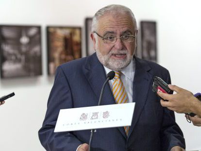 El presidente de las Cortes, Juan Cotino, responde a los periodistas en los pasillos del Parlamento valenciano.