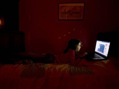 Una niña jugando a un videojuego en el ordenador.