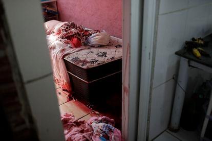 Sangre en el interior de una vivienda de la favela Jacarezinho de Río de Janeiro tras un operativo policial, el 6 de mayo.