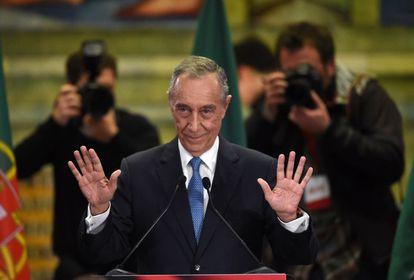 Marcelo Rebelo de Sousa saluda a sus seguidores tras conocer su victoria en las presidenciales.
