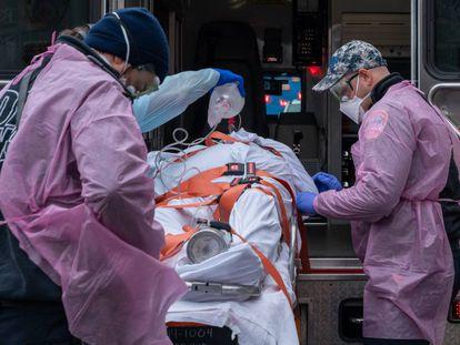 Imagen de archivo de un paciente de edad avanzada siendo atendido por personal sanitario en EE UU.