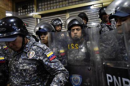 Fuerzas de seguridad venezolanas, el miércoles en Caracas, en una protesta por la falta de fármacos