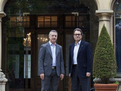 Fotografía facilitada por la Lehendakaritza de su titular Iñigo Urkullu junto al presidente de la Generalitat, Artur Mas.