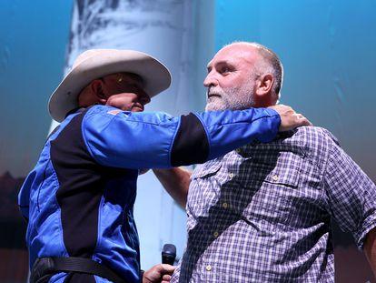 Jeff Bezos abraza a José Andrés, este martes en Van Horn, Texas.