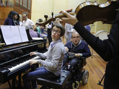Discapacitados intelectuales en un ensayo en San Sebastián.