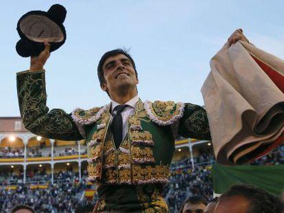 Miguel Ángel Perera, a punto de salir a hombros por la puerta grande de Las Ventas tras cortar tres orejas.