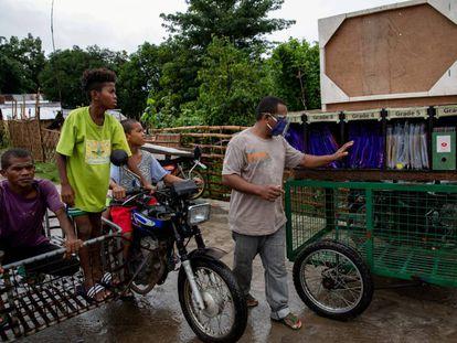 Un padre de alumno revisa carpetas con materiales educativos en un 'rickshaw', en Porac (Filipinas).