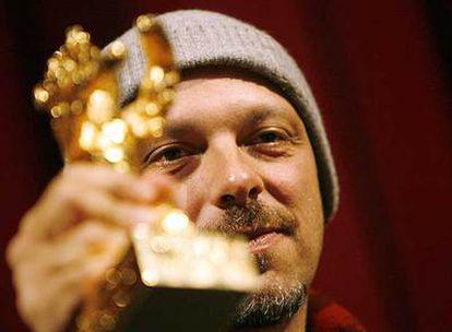 El director brasileño José Padilha, con el Oso de Oro en la ceremonia de entrega de los premios de la Berlinale.