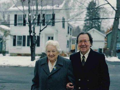 Antonio Márquez y su mujer, Margaret Logan, ante su casa en Hyde Park, en el Estado de Nueva York.