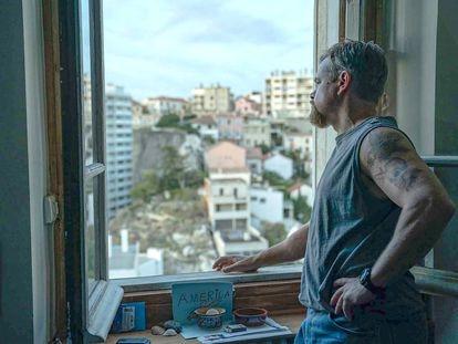 Matt Damon, asomado a una ventana sobre Marsella, en una imagen de 'Cuestión de sangre'.