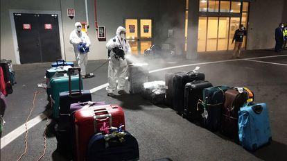 Desinfección de las maletas de los pasajeros de un vuelo procedente de la India este miércoles en el aeropuerto de Fiumicino (Roma), en Italia.