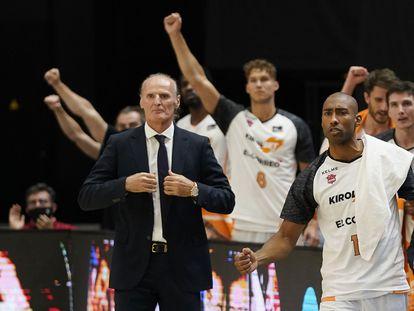 Dusko Ivanovic y el banquillo del Baskonia celebran una canasta en la final