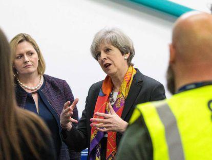 Theresa May durante su visita a una fábrica en el oeste de Londres, este viernes.