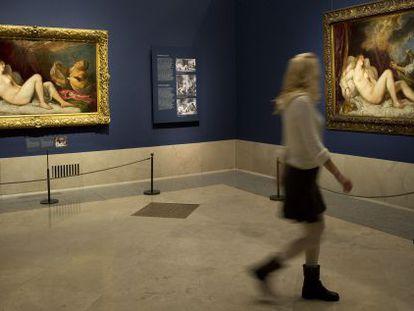 Las dos 'Dánaes' de Tiziano presentes en la muestra: la de la izquierda es la de la Colección Wellington; a la derecha, la del Prado.