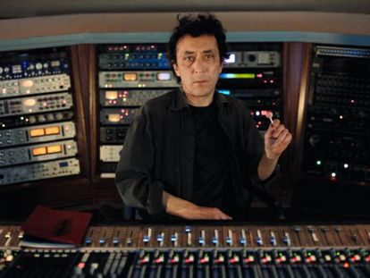 Rafael Berrio, al inicio de la película que invita a sus seguidores a escuchar su último disco en una sala de cine.